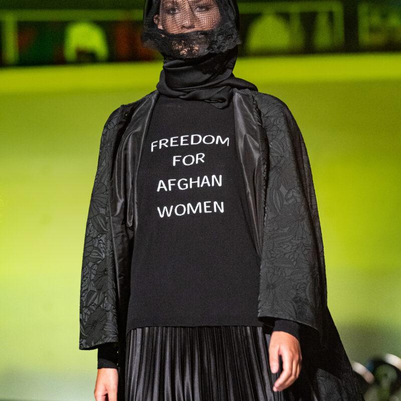 Anche la moda a sostegno delle donne afghane: il pullover-manifesto di Michele Miglionico
